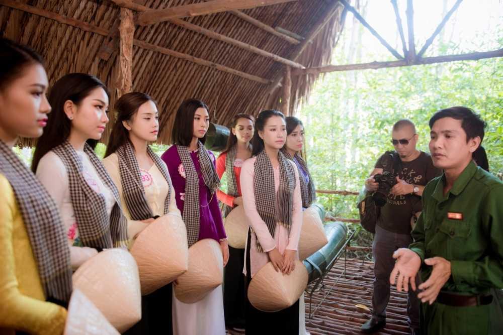 Dan thi sinh Hoa hau Viet Nam mac ao ba ba, tham chien khu rung Sac hinh anh 4