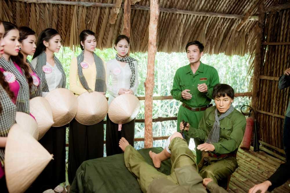 Dan thi sinh Hoa hau Viet Nam mac ao ba ba, tham chien khu rung Sac hinh anh 5