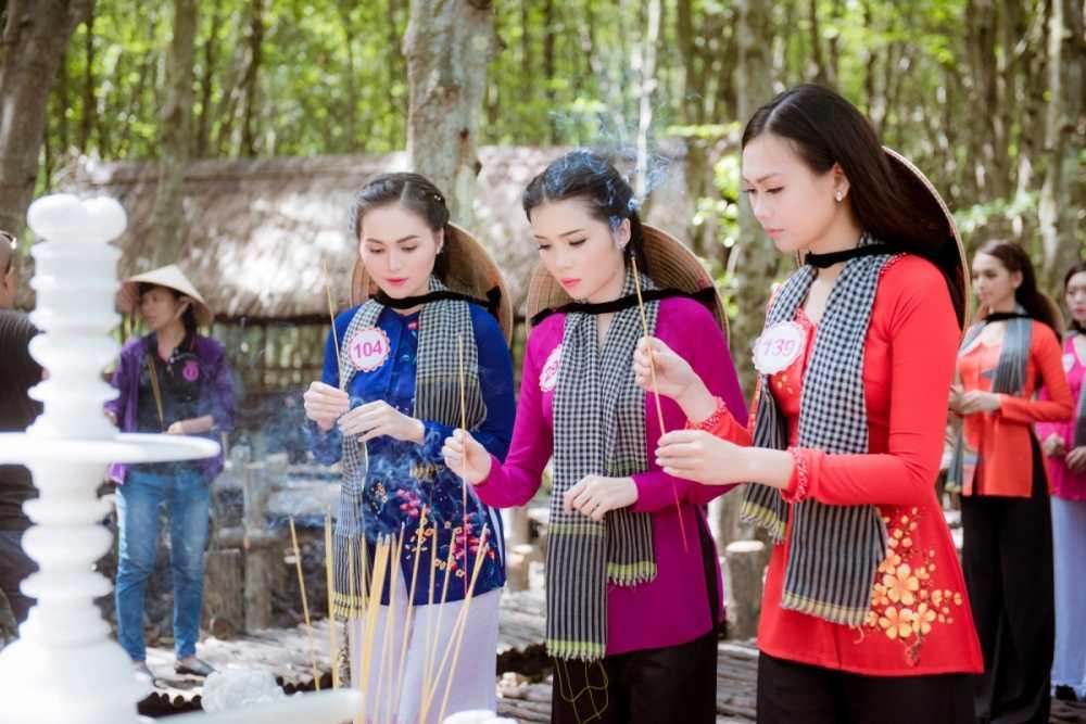 Dan thi sinh Hoa hau Viet Nam mac ao ba ba, tham chien khu rung Sac hinh anh 7