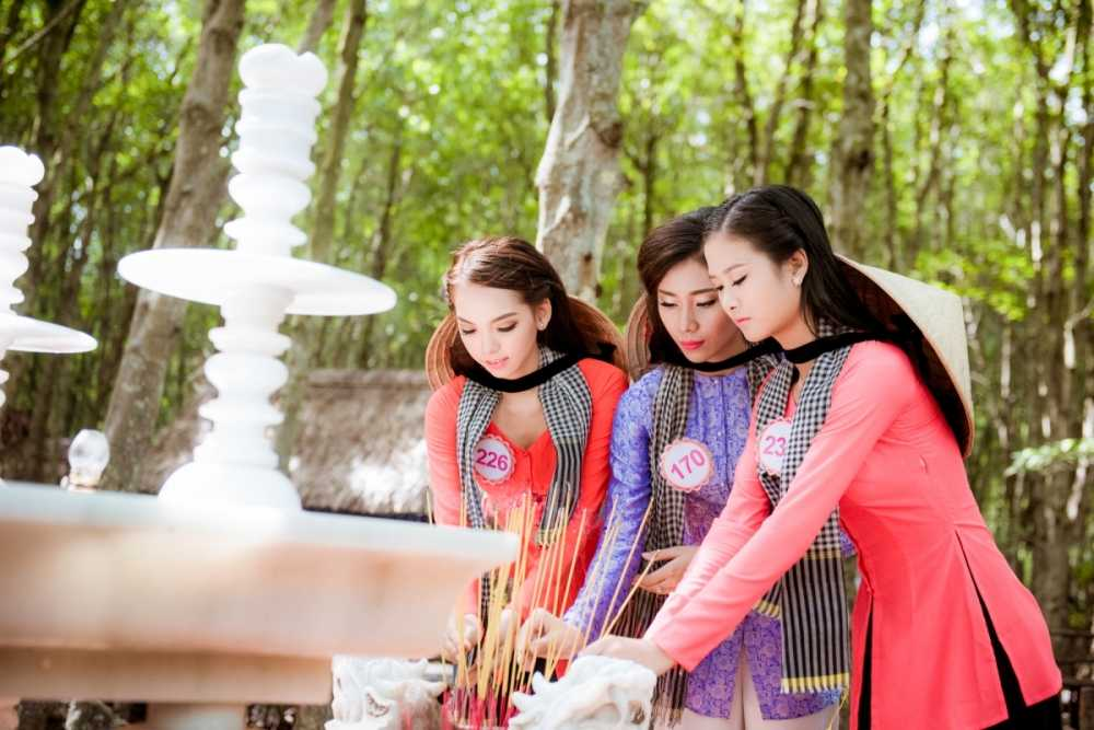 Dan thi sinh Hoa hau Viet Nam mac ao ba ba, tham chien khu rung Sac hinh anh 8