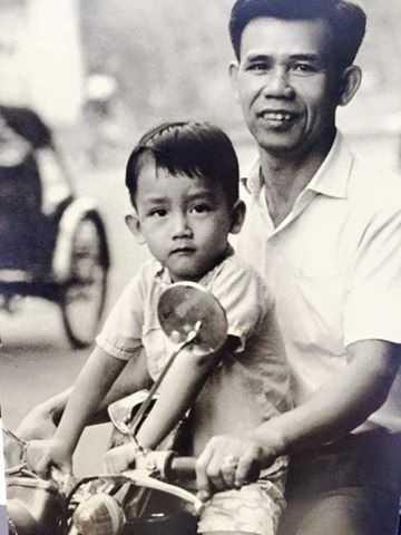 Bo Minh Thuan cung nguoi than den benh vien tham con trai hinh anh 1