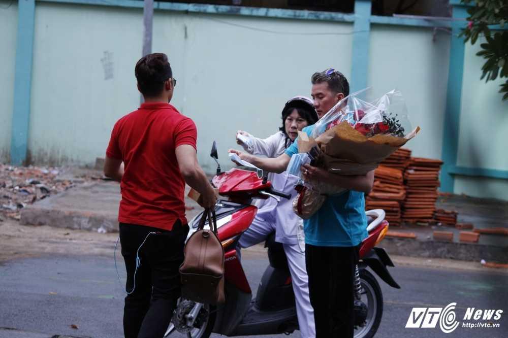 Minh Thuan bat khoc, thich bo hoa Dam Vinh Hung mang toi tang hinh anh 3
