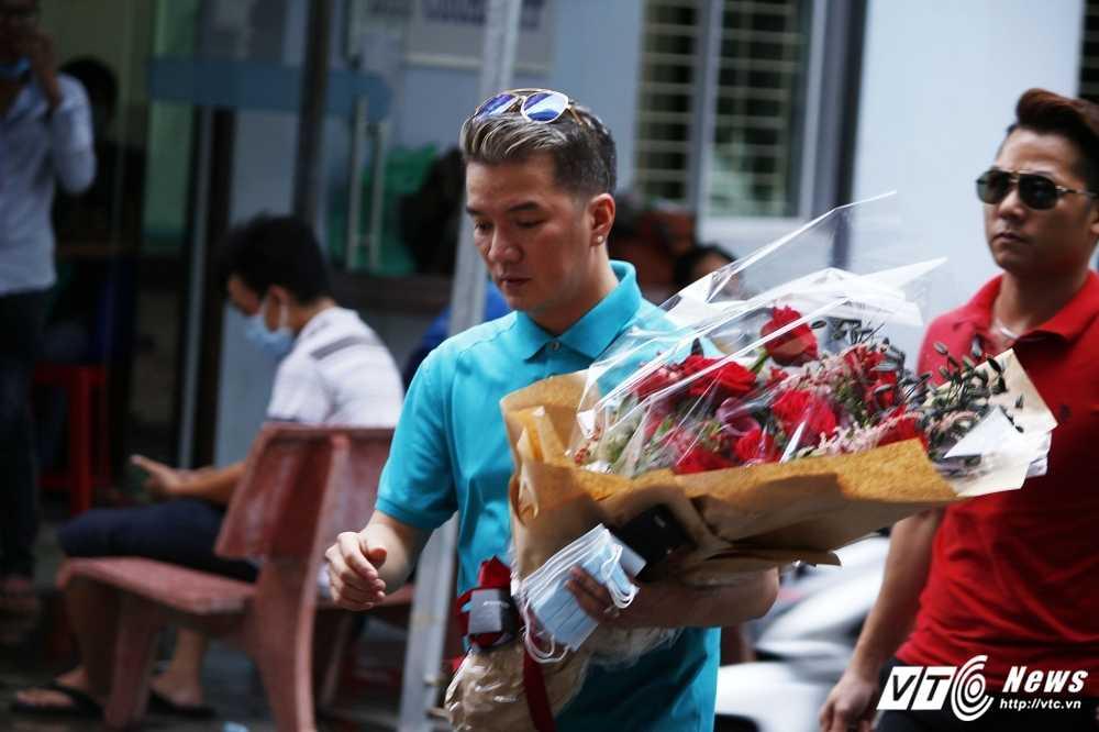 Minh Thuan bat khoc, thich bo hoa Dam Vinh Hung mang toi tang hinh anh 4