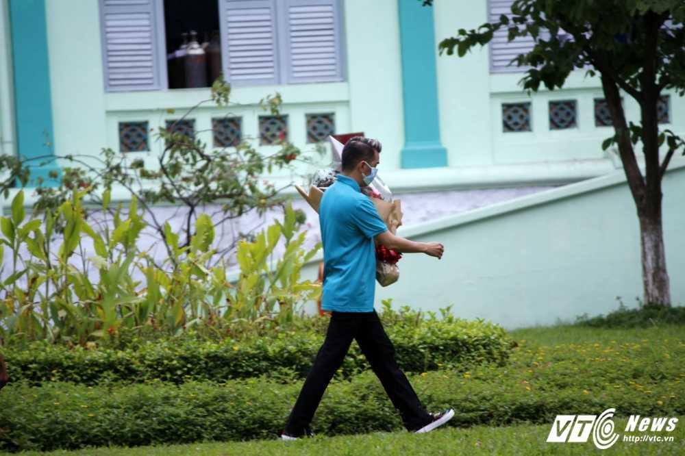 Minh Thuan bat khoc, thich bo hoa Dam Vinh Hung mang toi tang hinh anh 8