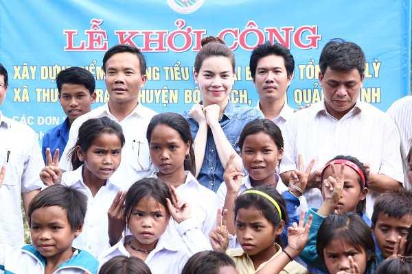 Ho Ngoc Ha huy show, ve que Quang Binh trao qua cho dong bao vung bao lu hinh anh 3