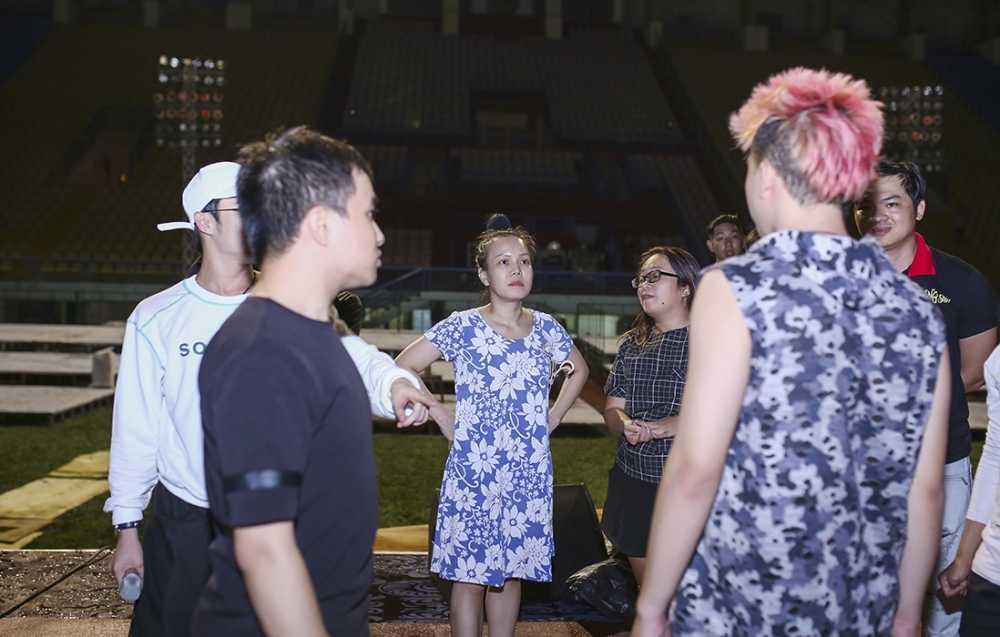 Dan Truong doi mua den tap luyen trong liveshow cua Viet Huong hinh anh 4