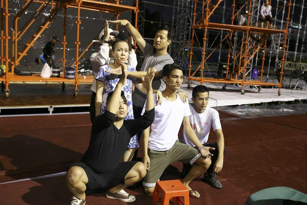 Dan Truong doi mua den tap luyen trong liveshow cua Viet Huong hinh anh 3
