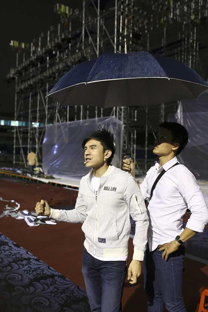 Dan Truong doi mua den tap luyen trong liveshow cua Viet Huong hinh anh 1