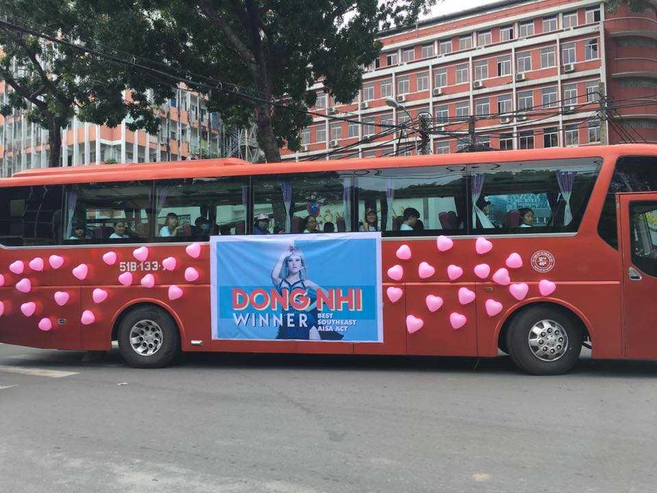 Fans Dong Nhi chiu choi mang ca xe buyt chao don than tuong tro ve hinh anh 1