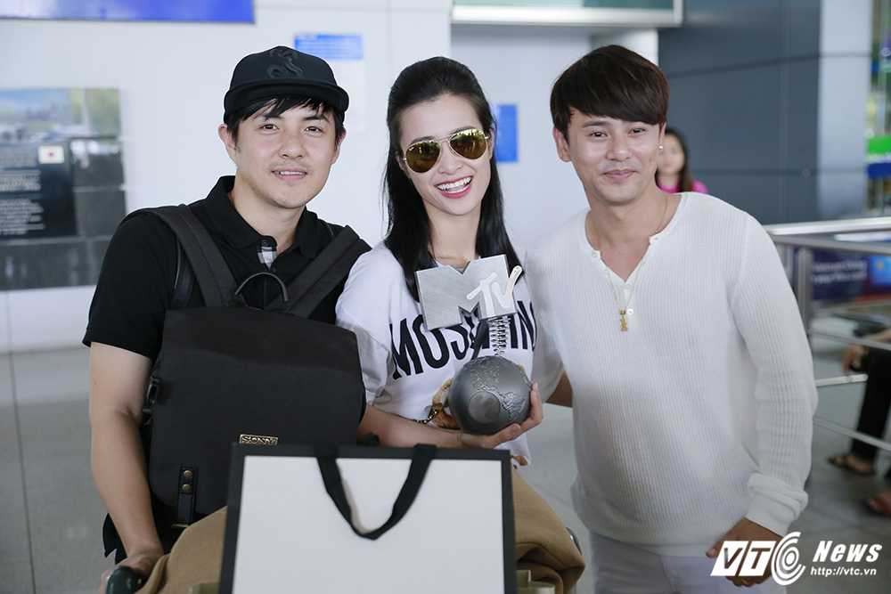 Fans Dong Nhi chiu choi mang ca xe buyt chao don than tuong tro ve hinh anh 10