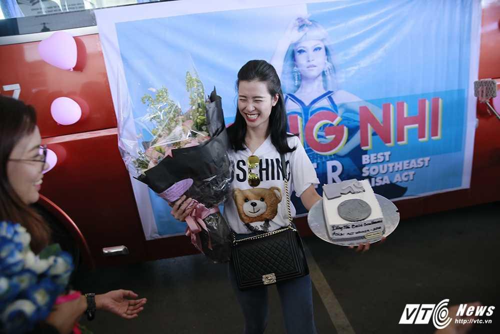 Fans Dong Nhi chiu choi mang ca xe buyt chao don than tuong tro ve hinh anh 14