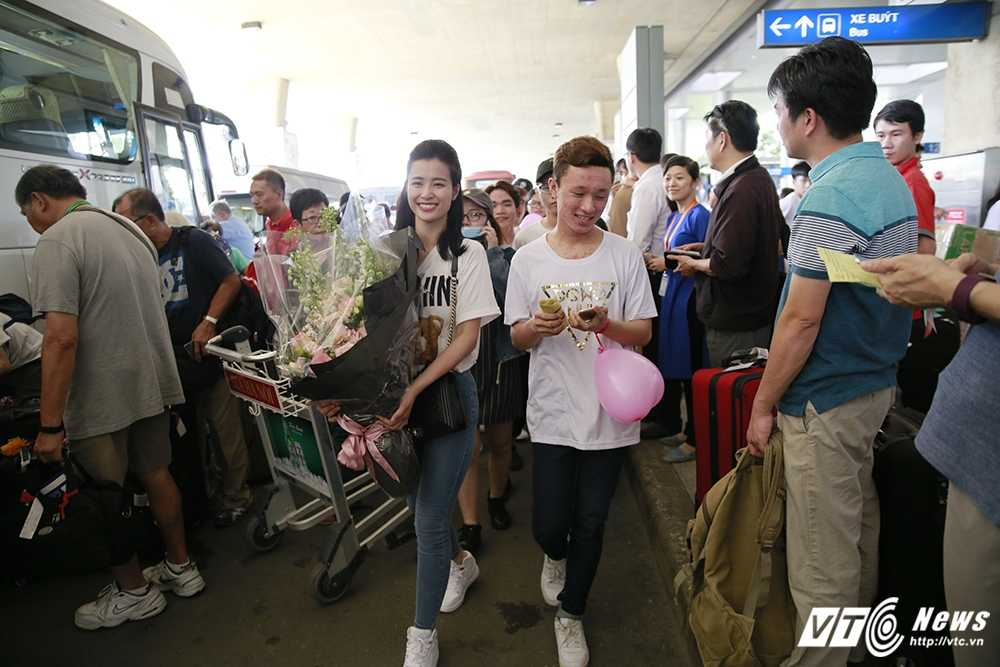 Fans Dong Nhi chiu choi mang ca xe buyt chao don than tuong tro ve hinh anh 15