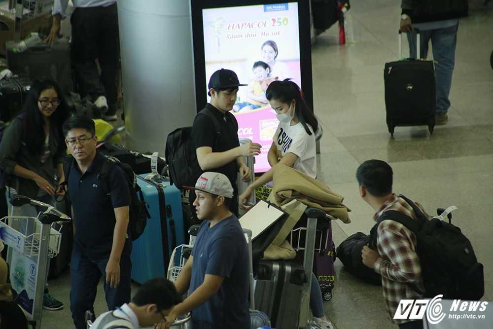 Fans Dong Nhi chiu choi mang ca xe buyt chao don than tuong tro ve hinh anh 5