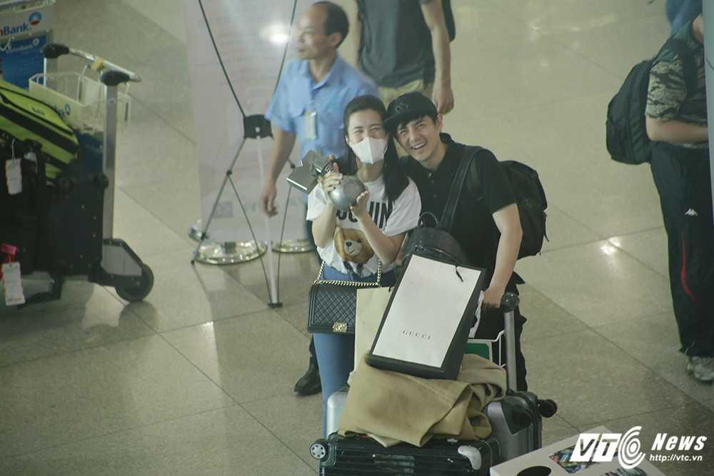 Fans Dong Nhi chiu choi mang ca xe buyt chao don than tuong tro ve hinh anh 6