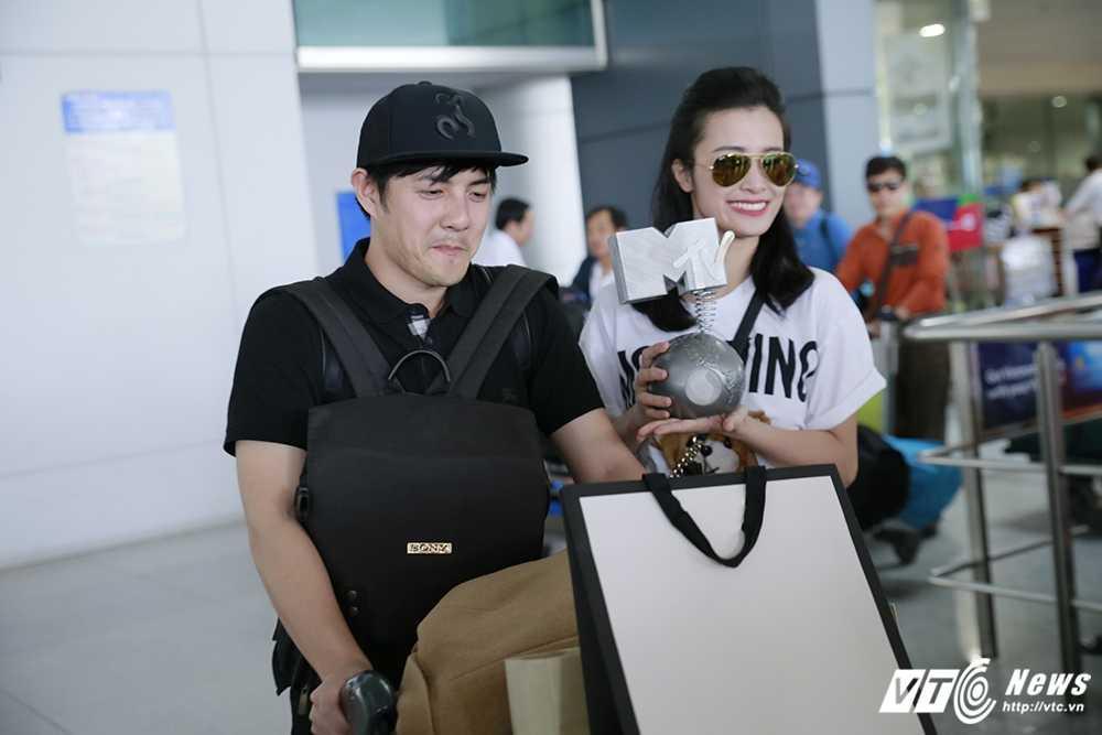 Fans Dong Nhi chiu choi mang ca xe buyt chao don than tuong tro ve hinh anh 9