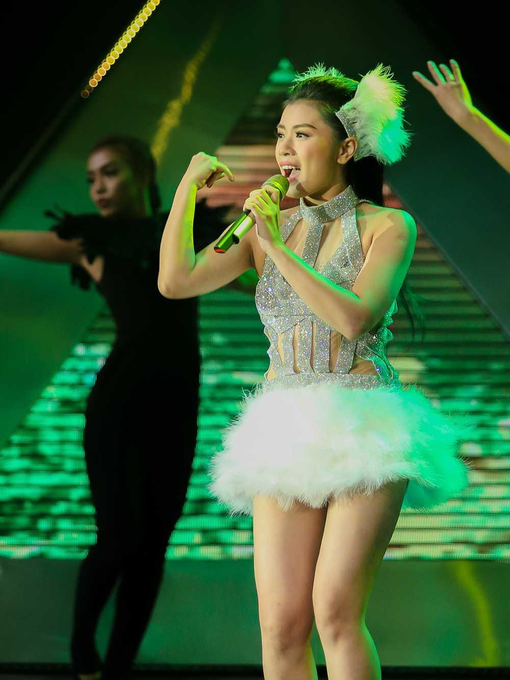 Sao Mai Thu Hang hoa nang thien nga goi cam tren san khau hinh anh 4