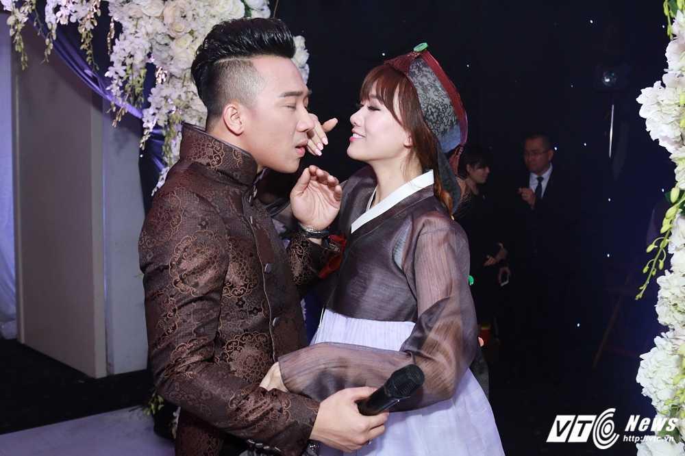 Tran Thanh - Hari Won bi Van Son ep hon den 'kiet suc' hinh anh 3