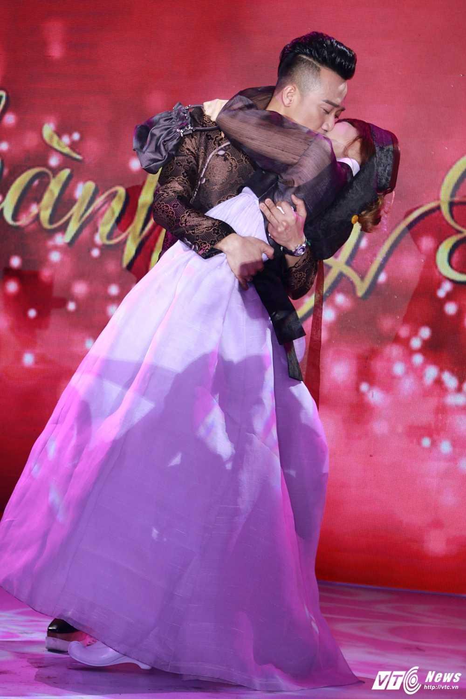 Tran Thanh - Hari Won bi Van Son ep hon den 'kiet suc' hinh anh 9