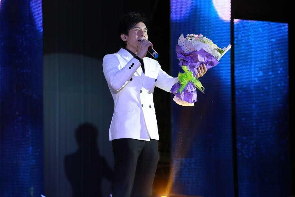 Ho Ngoc Ha di chan tran song ca cung Dan Truong hinh anh 2