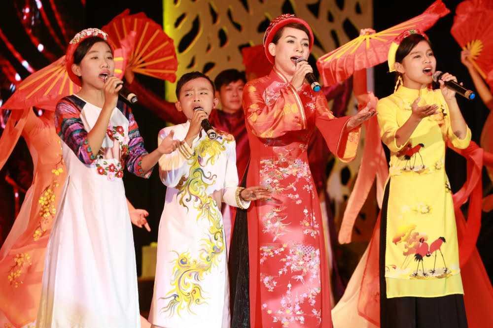 Ho Ngoc Ha di chan tran song ca cung Dan Truong hinh anh 6
