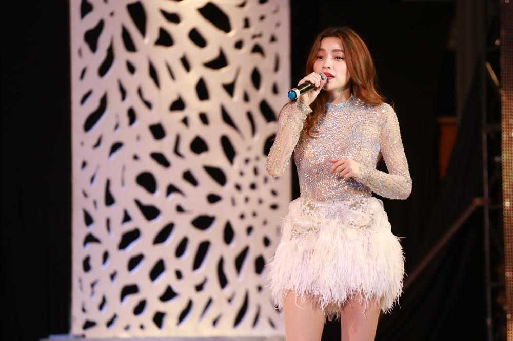 Ho Ngoc Ha di chan tran song ca cung Dan Truong hinh anh 4