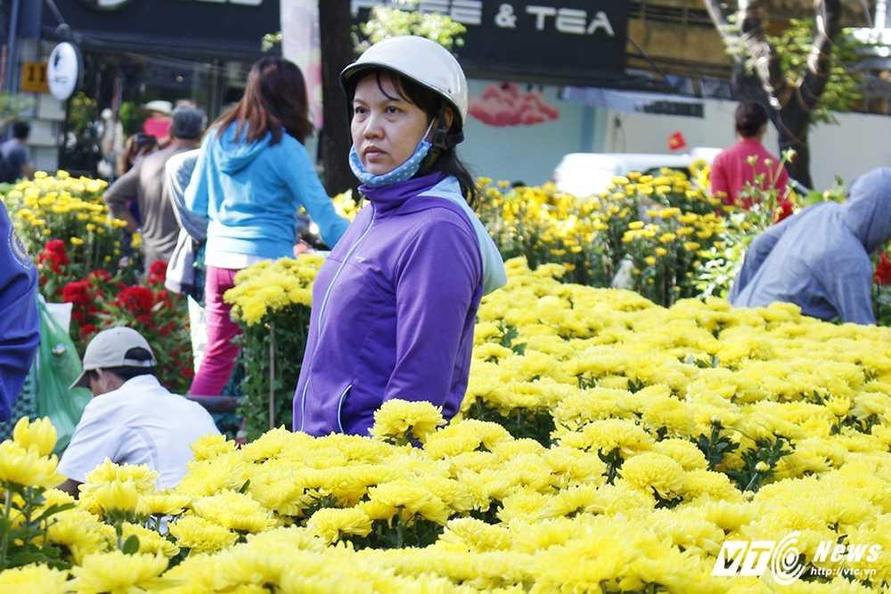 30 Tet: Cho hoa Sai thanh dai ha gia, nguoi dan do xo sam Tet hinh anh 10