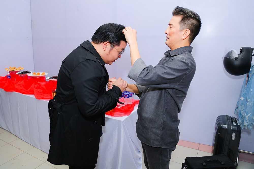 Mr. Dam va Quang Le lam hoa, cung nhau ngoi 'ghe nong' hinh anh 1