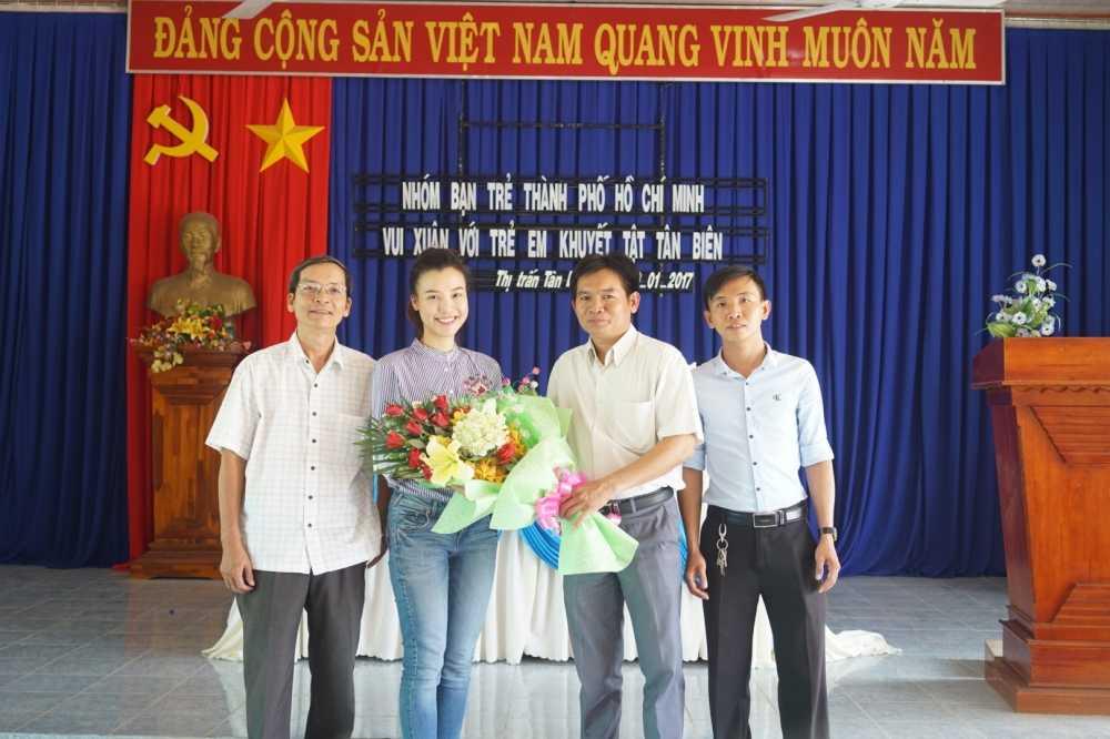 Hoang Oanh cung bo den Tay Ninh trao tang qua cho tre em kem may man hinh anh 6