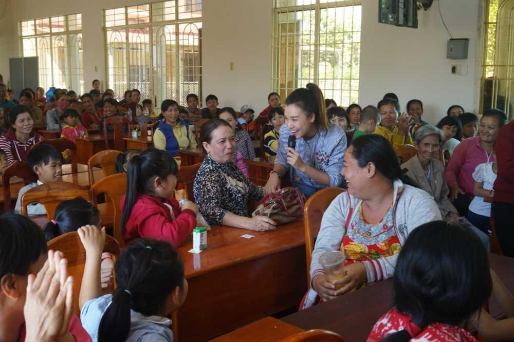 Hoang Oanh cung bo den Tay Ninh trao tang qua cho tre em kem may man hinh anh 5