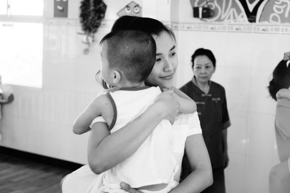 Hoang Oanh cung bo den Tay Ninh trao tang qua cho tre em kem may man hinh anh 3