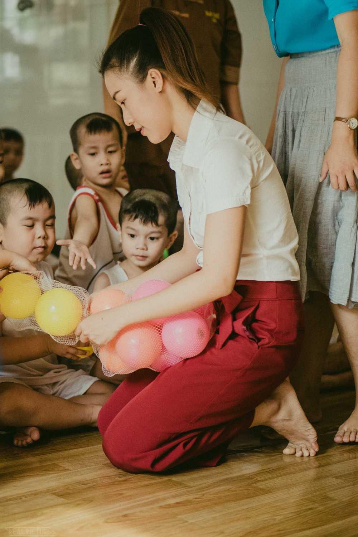 Hoang Oanh cung bo den Tay Ninh trao tang qua cho tre em kem may man hinh anh 4
