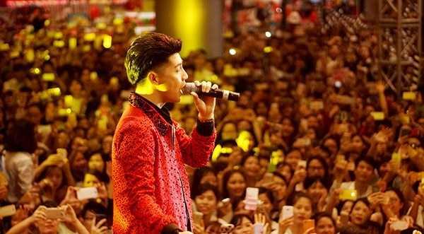 Clip: Noo Phuoc Thinh lan thu 2 khien trung tam thuong mai 'vo tran' hinh anh 4