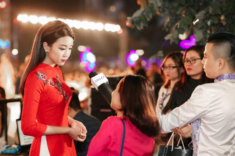 Hoa hau Do My Linh dien ao dai do noi bat ca pho di bo hinh anh 2