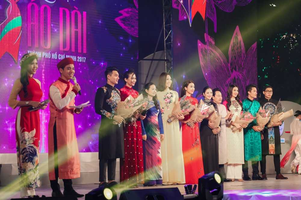 Hoa hau Do My Linh dien ao dai do noi bat ca pho di bo hinh anh 1