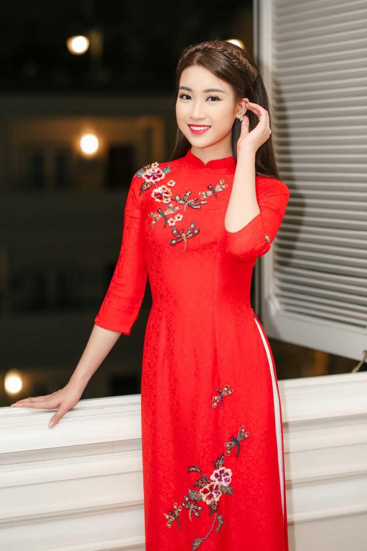 Hoa hau Do My Linh dien ao dai do noi bat ca pho di bo hinh anh 4