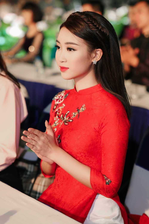 Hoa hau Do My Linh dien ao dai do noi bat ca pho di bo hinh anh 5