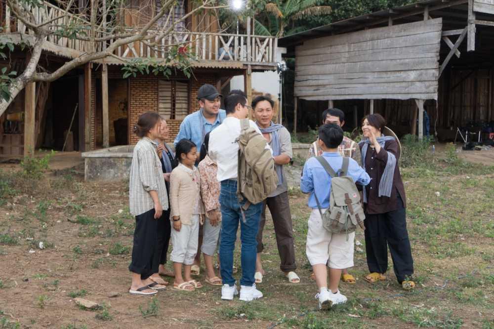 Bo con Hoang Bach hao hung cheo thuyen khi quay MV moi hinh anh 2