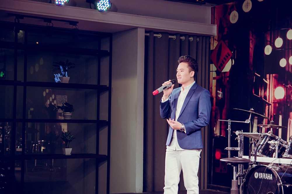 Phan Manh Quynh duoc fan nhi Hai Phong vay quanh hinh anh 2