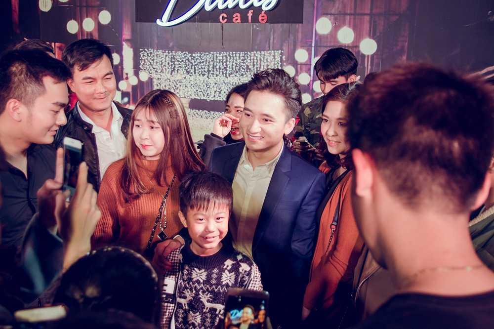 Phan Manh Quynh duoc fan nhi Hai Phong vay quanh hinh anh 3