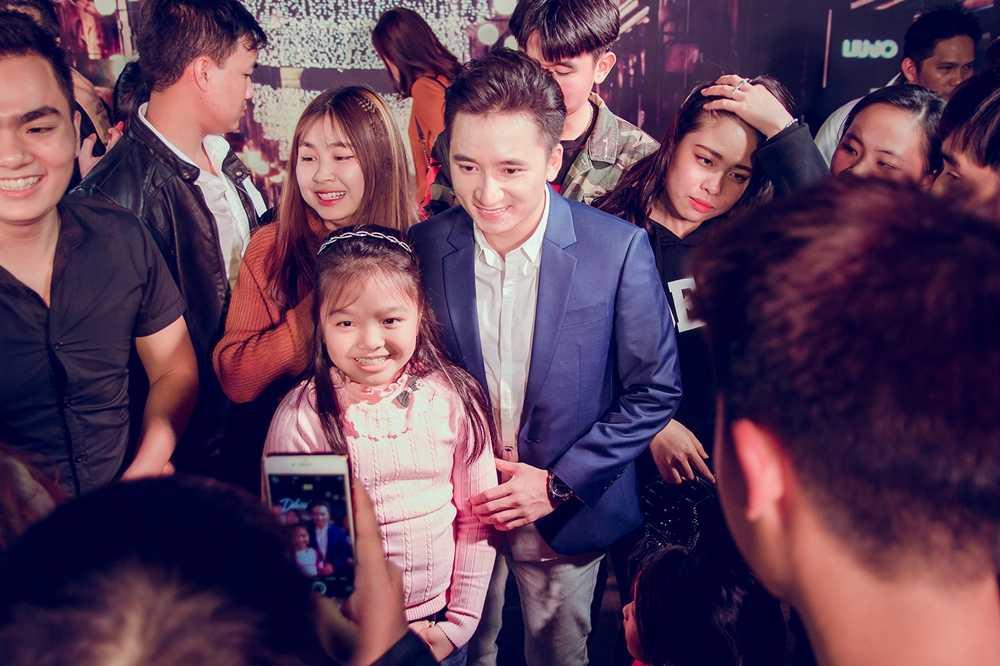 Phan Manh Quynh duoc fan nhi Hai Phong vay quanh hinh anh 4
