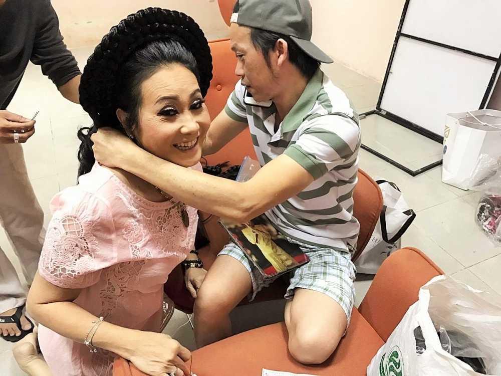 Hoai Linh bat ngo tang qua Ngay Quoc te Phu nu 2017 cho Thanh Hang hinh anh 1