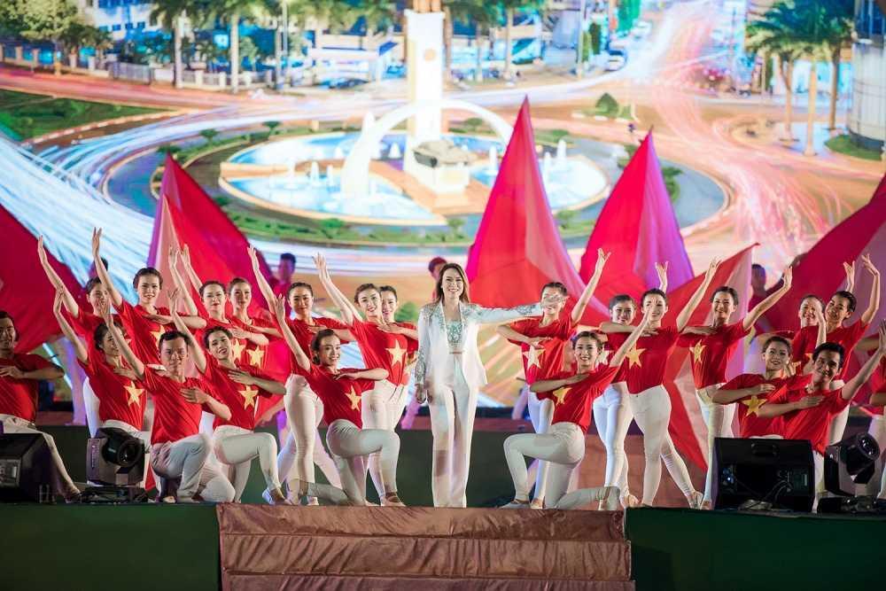 'Co gai vang' cua Hoa hau Viet Nam 2016 xuat hien dac biet tai le hoi cafe hinh anh 5