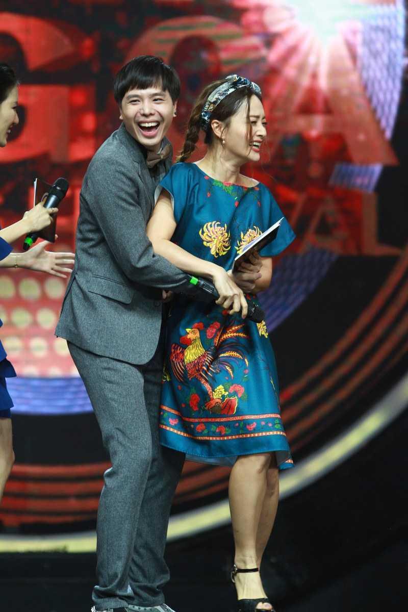 Khan gia cuoi ngat voi man doi dap cua Huong Giang Idol voi Lan Phuong hinh anh 5