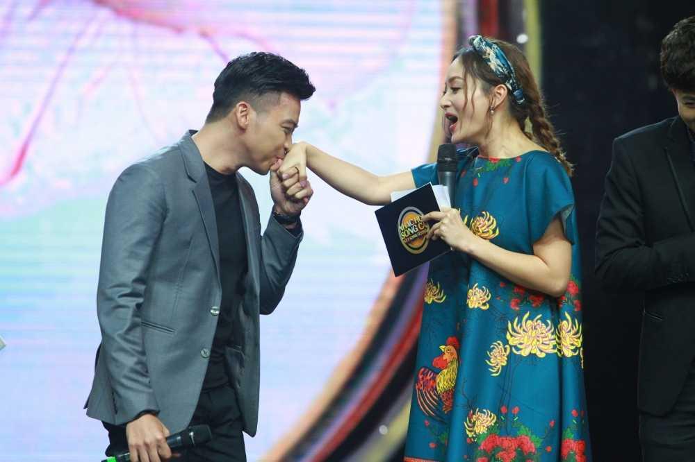 Khan gia cuoi ngat voi man doi dap cua Huong Giang Idol voi Lan Phuong hinh anh 3