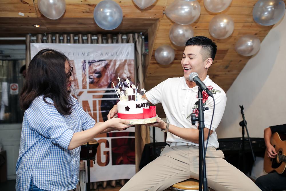 Mai Tien Dung cuoi tit mat trong buoi hop fan dau tien hinh anh 3
