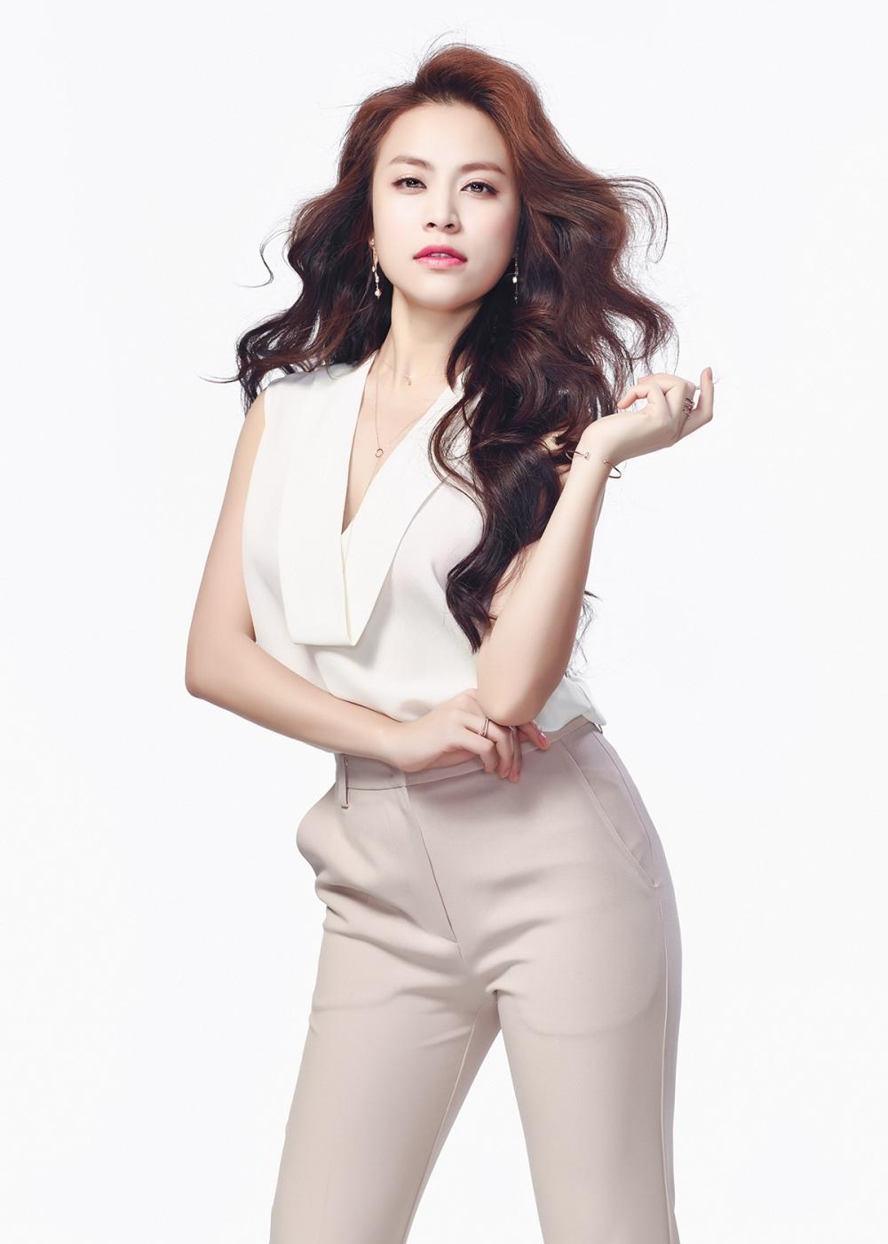 Hoang Thuy Linh: 'Toi ap luc khi dung chung san khau voi nhung ngoi sao quoc te' hinh anh 1