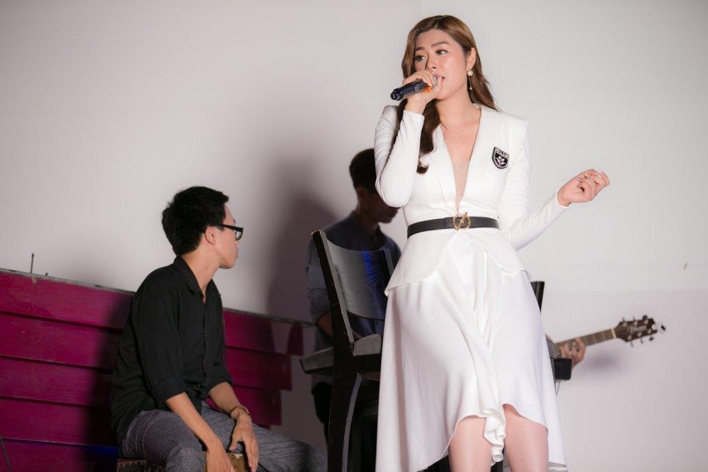 Hoa hau chau A 2016 Huynh Tien dau tu tien ty thuc hien MV dau tay hinh anh 4