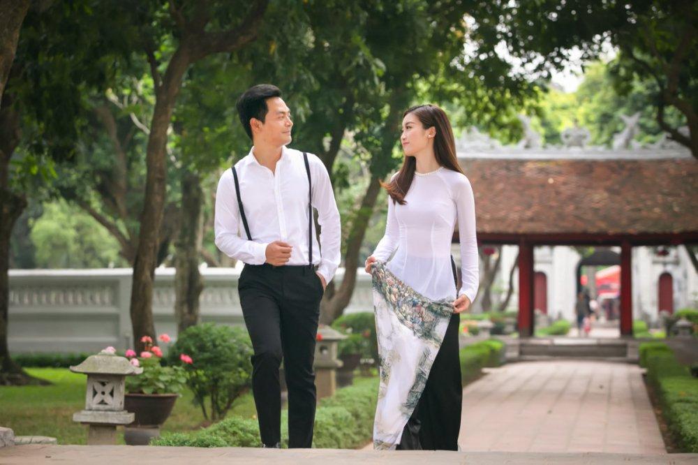 Hoa hau Do My Linh quan quyt ben MC Phan Anh hinh anh 3
