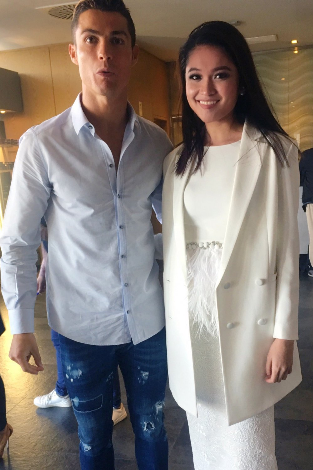 Cristiano Ronaldo om eo chup anh cung A hau Thuy Dung hinh anh 4