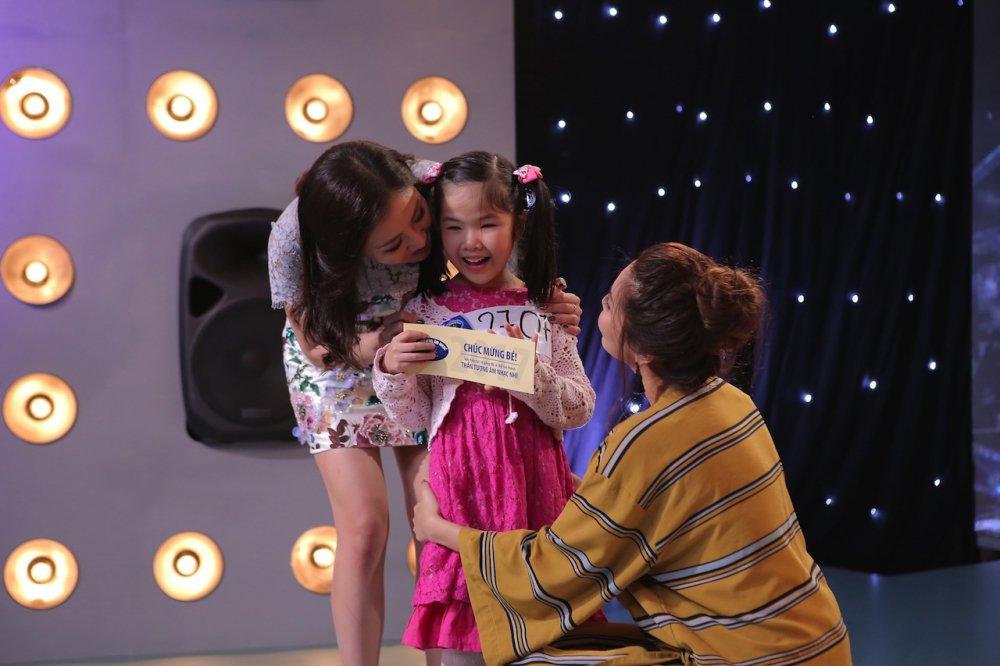 Vietnam Idol Kids 2017: Van Mai Huong nghen ngao truoc co be khiem thi hinh anh 3